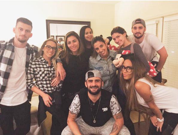 Irmã de Neymar curte a Disney com jogador do Santos