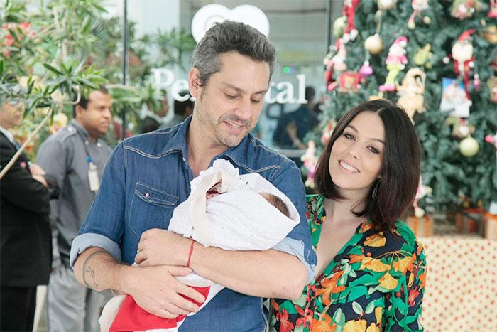 Alexandre Nero deixa o hospital com o filho nos braços