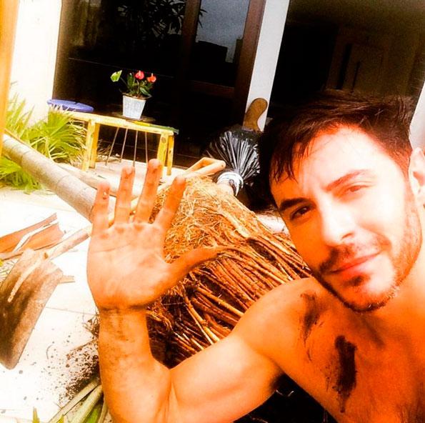 Ricardo Tozzi exibe braço musculoso: 'Vida de jardineiro'