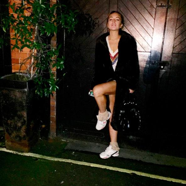 Sem make', Lindsay Lohan posa com as pernas de fora em foto