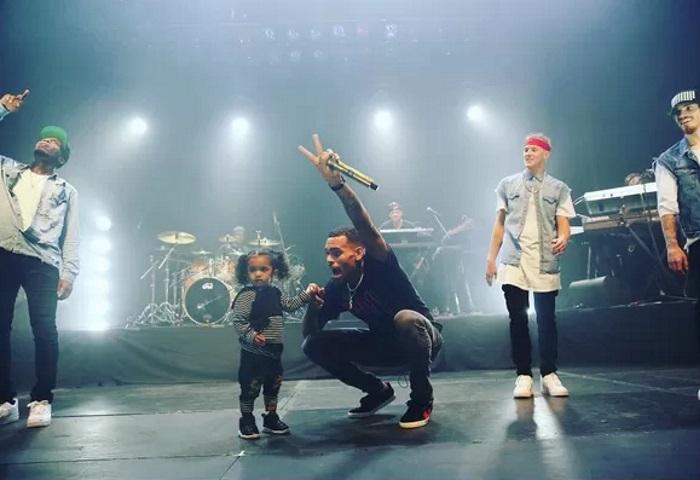 Chris Brown leva filha ao show