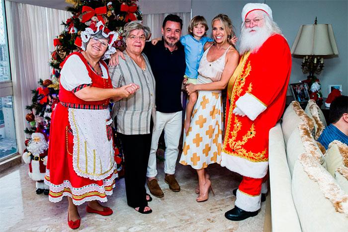 Adriane Galisteu e marido juntam família em Natal antecipado