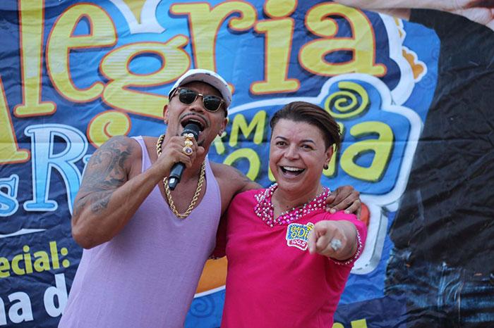 Naldo Benny leva fãs à loucura durante ação social no Rio