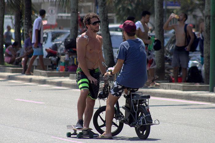 Flávio Canto exibe barriga sarada ao andar de skate no Rio