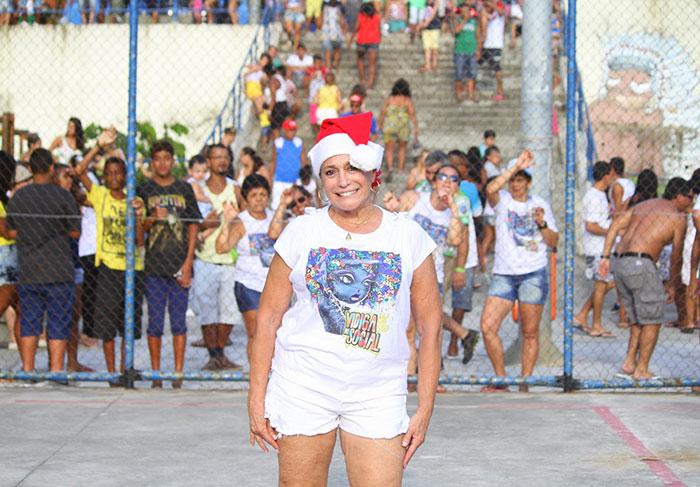 Susana Vieira vira Mamãe Noel, no Vidigal