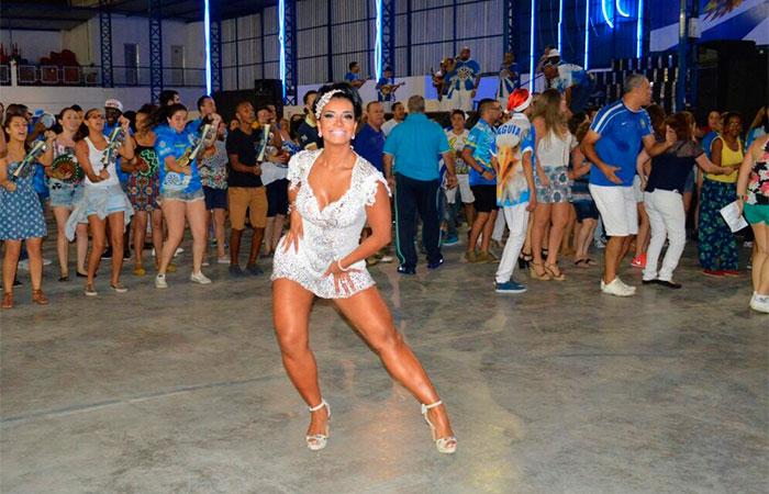 Cinthia Santos aposta em vestido branco para sambar em SP