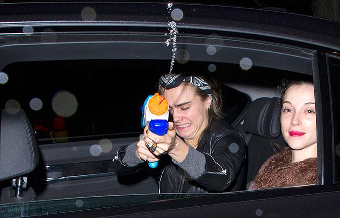 Cara Delevingne ataca paparazzi com pistolas d'água. Veja!