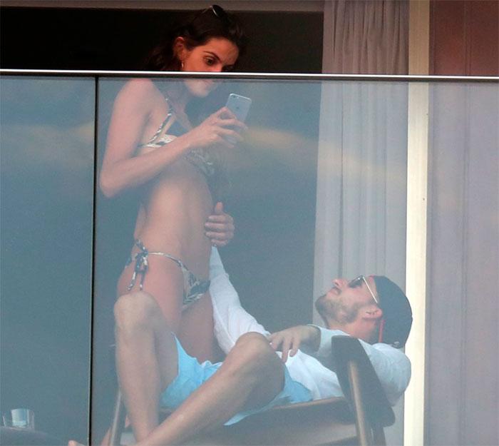 Izabel Goulart faz pose sensual para goleiro alemão
