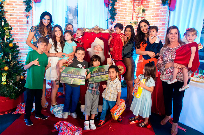 Apresentadores de Rede Tv! recebem o Papai Noel na emissora