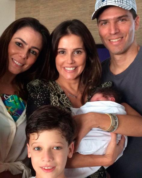 Família completa! Deborah Secco posa com Maria Flor no colo