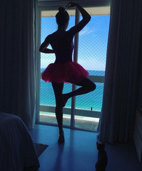 Grazi Massafera posa de bailarina para foto feita pela filha