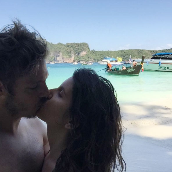 Apaixonado, Fábio Porchat beija a namorada em clique na Ásia