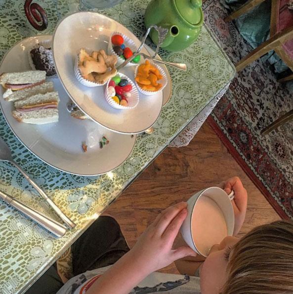 Thalía brinca de chá da tarde com os filhos