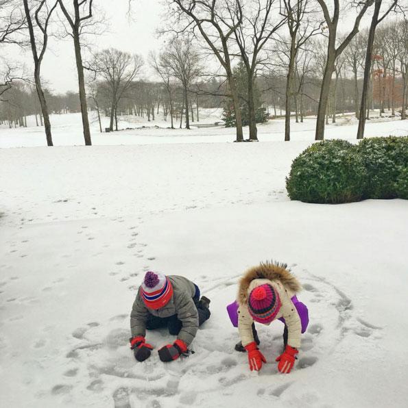 Gisele Bündchen mostra filhos se divertindo com neve. Veja!