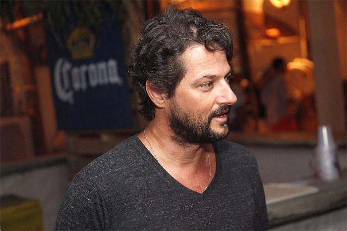 O ator Marcelo Serrado também marcou presença no local.