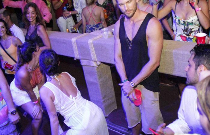 Thaila Ayala dança até o chão em noitada com affair