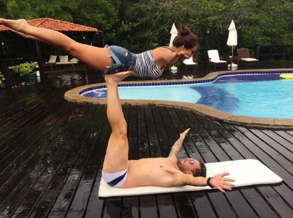 Carol Nakamura se equilibra com namorado em clique fofo