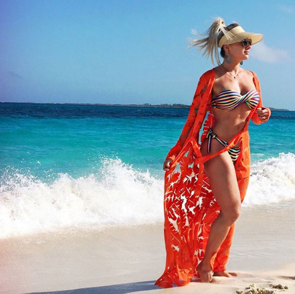Juju Salimeni escolhe visual de arrasar para dia de praia