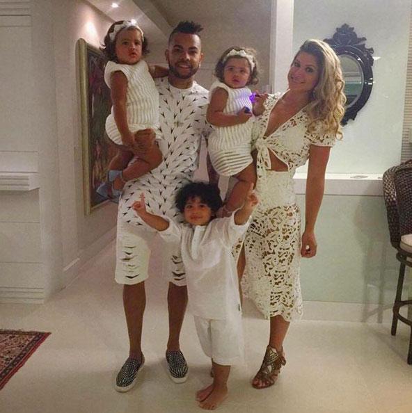 Dani Souza e Dentinho esbanjam estilo para curtir com filhos