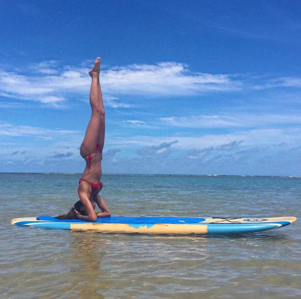Izabel Goulart pratica ioga e choca por corpo escultural