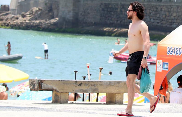 Ator de Game of Thrones mostra 'tanquinho' na orla do Rio