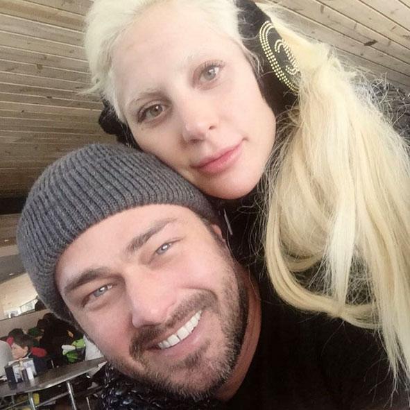Lady Gaga faz selfie sem maquiagem ao lado do noivo