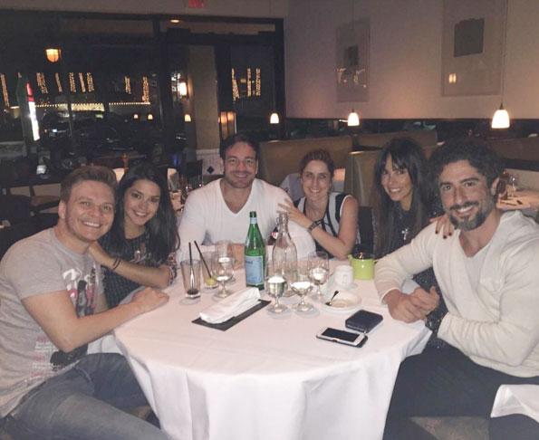 Michel Teló e Thaís Fersoza jantam com Marcos Mion em viagem