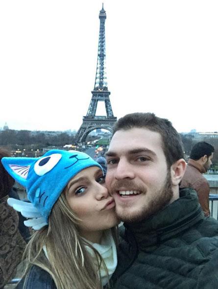Isabella Santoni aproveita Torre Eiffel para beijo no amado