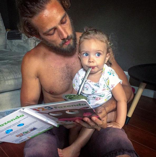 Sem camisa, Rafael Cardoso posta imagem fofa com a filha