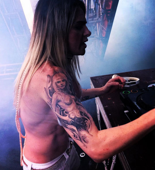 Cacá Werneck exibe tatuagem em homenagem à Monique Evans
