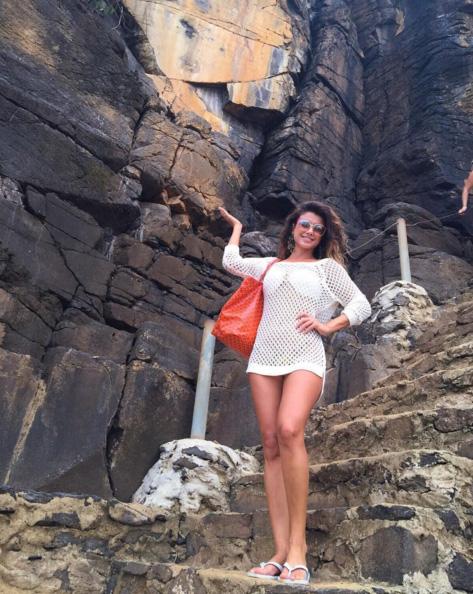 Cheia de estilo, Paula Fernandes explora Fernando de Noronha