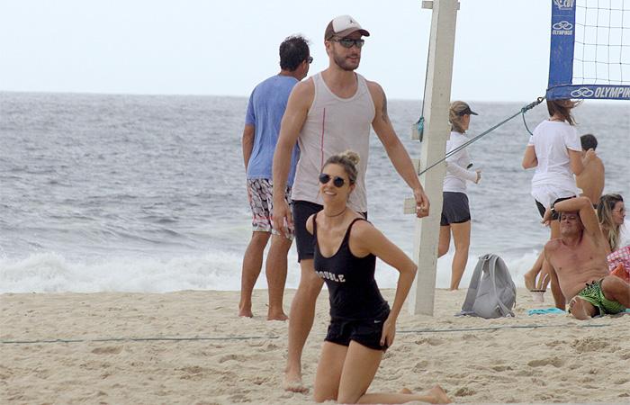 Fernanda Lima e Rodrigo Hilbert jogam vôlei em praia carioca