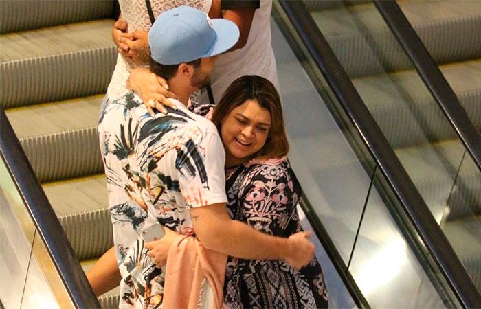 Preta Gil troca beijos com marido em shopping carioca