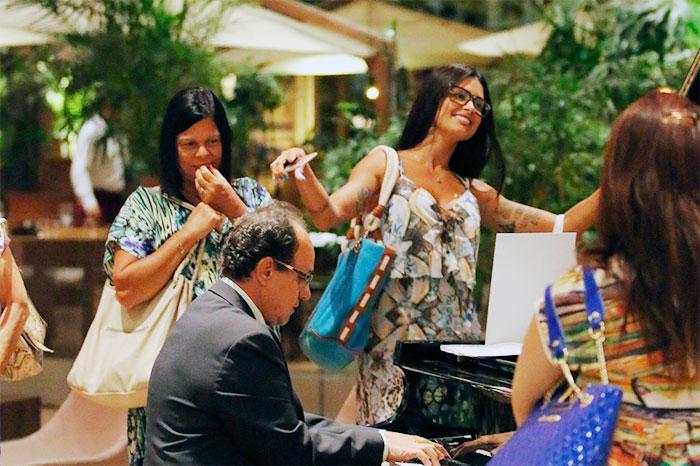 Vai, Verão! Aline Riscado esbanja simpatia em shopping