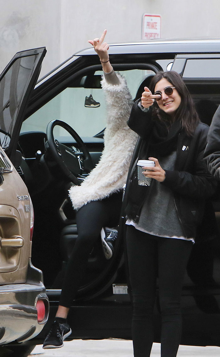 Kendall Jenner faz gestos obscenos em Beverly Hills