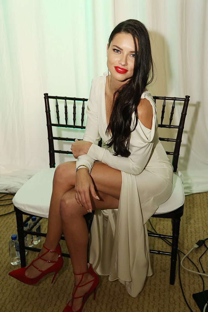 Diva! Adriana Lima brilha com brasileiros em baile nos EUA