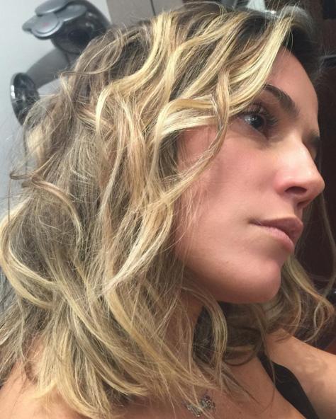 Deborah Secco faz mudança radical no cabelo. Veja!