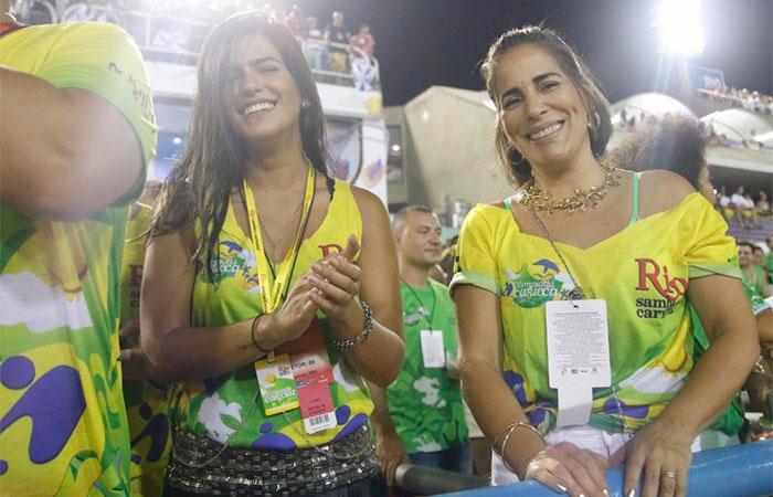 RJ: Glória Pires acompanha desfiles de pertinho na Sapucaí