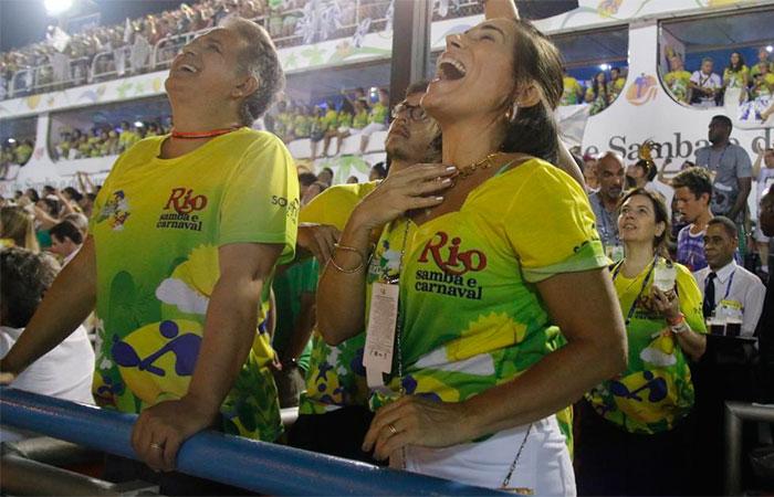 RJ: Glória Pires acompanha desfiles de pertinho na Sapucaí,