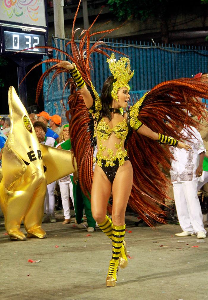 RJ: Daniela Albuquerque investe em poses no sambódromo