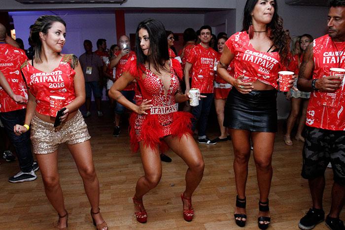 RJ: Aline Riscado dança até o chão em camarote