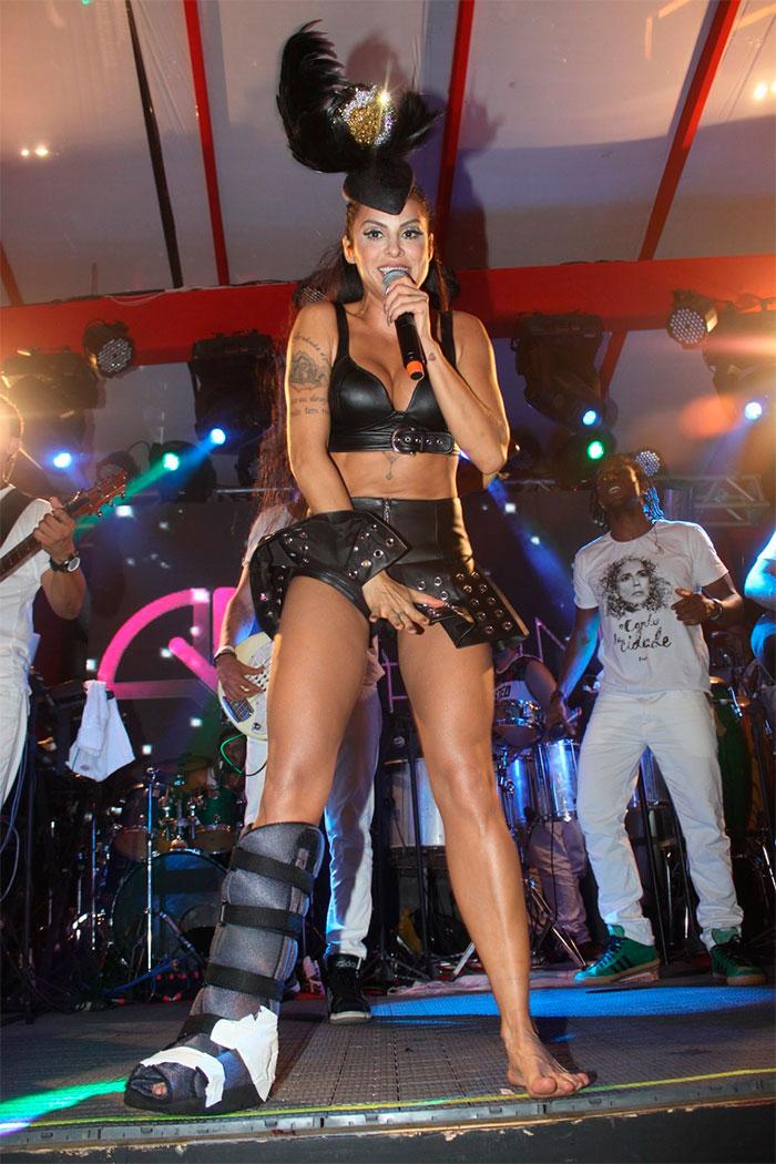 BA: Alinne Rosa solta a voz e agita palco em Salvador