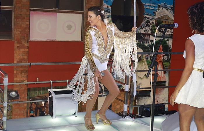 BA: Claudia Leitte arrasta multidão com look de Elvis