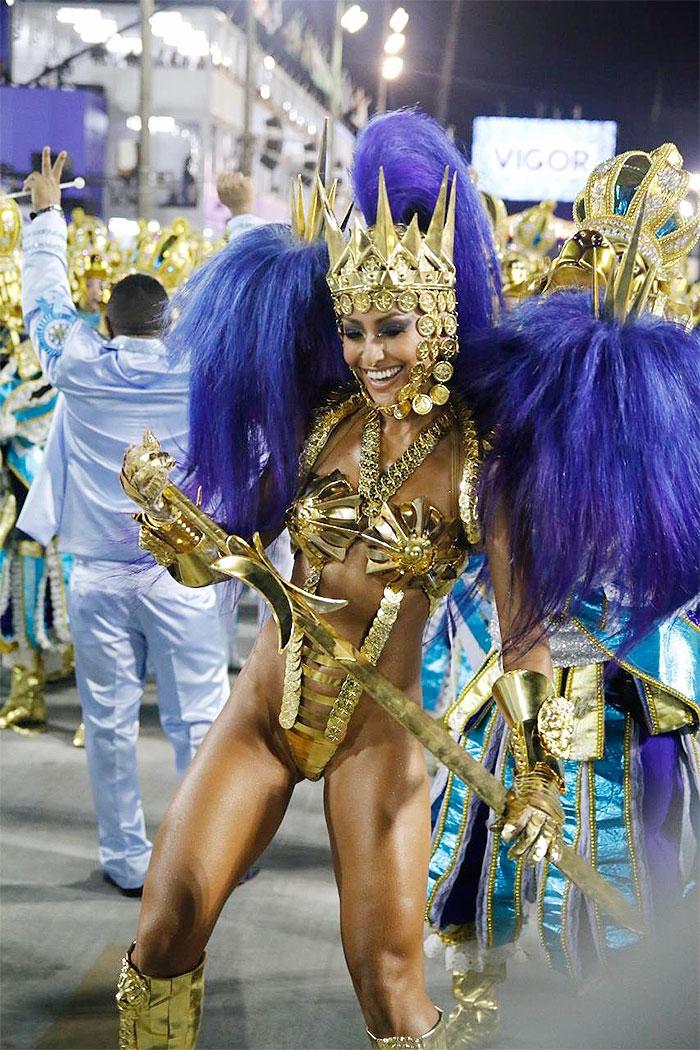 RJ: De dourado, Sabrina Sato sabrina arrasa na Vila Isabel