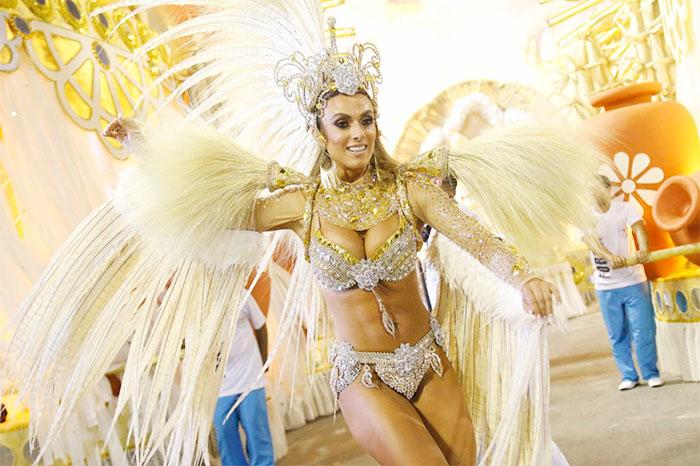 RJ: Nicole Bahls mostra samba no pé pela Vila Isabel