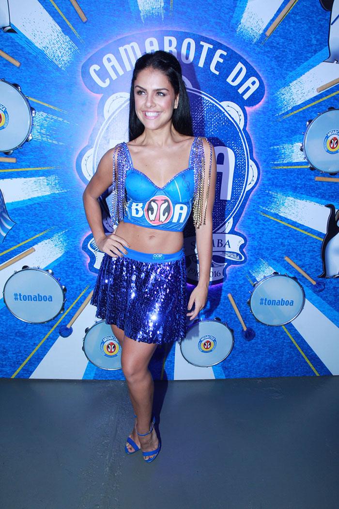 RJ: Paloma Bernardi é puro brilho ao chegar dançando