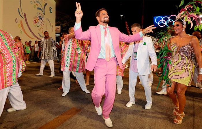 RJ: Cauã Reymond esbanja elegância para desfile da Mangueira