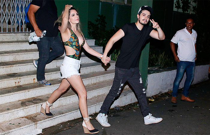 BA: Namorada de Luan Santana chama atenção com decotão