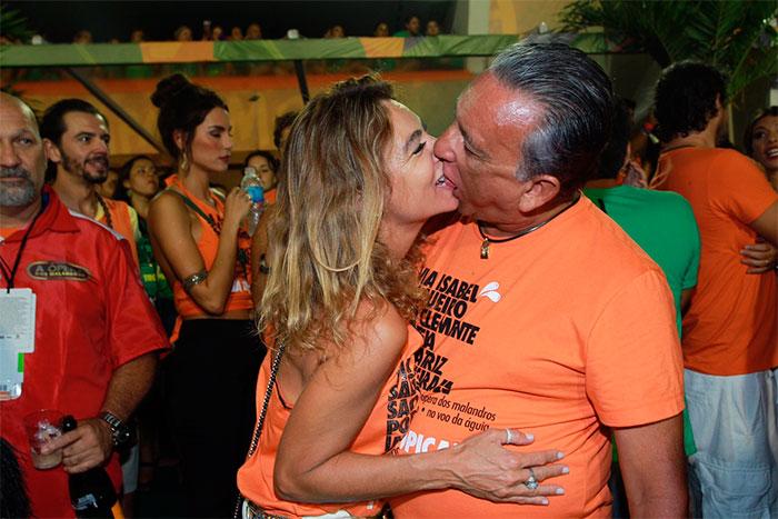 RJ: Galvão Bueno aproveita camarote para beijão na esposa