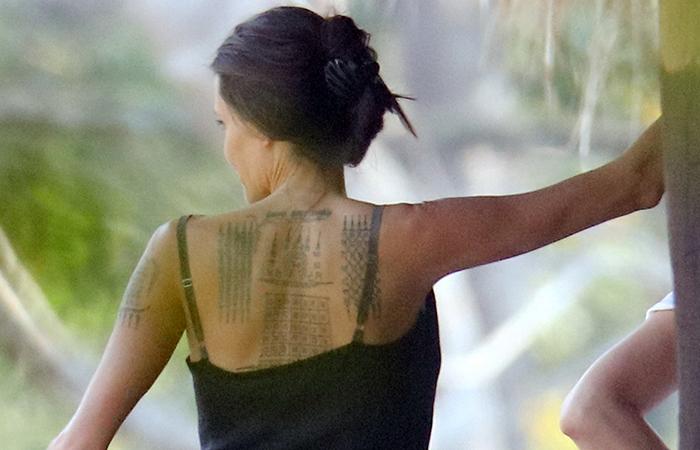 Angelina Jolie deixa tatuagem à mostra em set